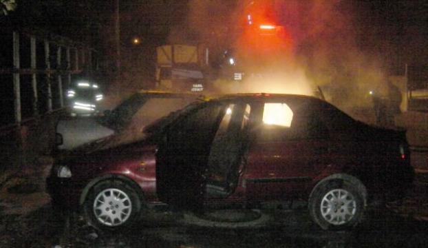 İstanbulda park halindeki 2 araç yandı