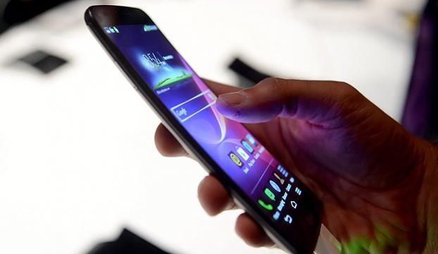 Kızlar, erkeklerden daha fazla akıllı telefon kullanıyor