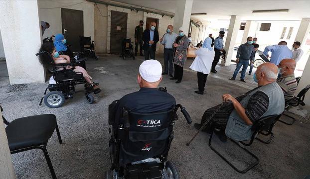 TİKA, özel ihtiyaç sahibi Filistinlilere akülü tekerlekli sandalye dağıtımı yaptı