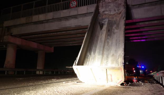 Damperi köprüye asılı kalan tıra otomobil çarptı