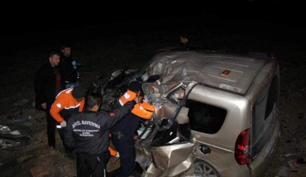 Tır otomobili biçti: 1 ölü, 1 yaralı