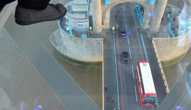 Londranın simgesi Tower Bridgee cam zemin