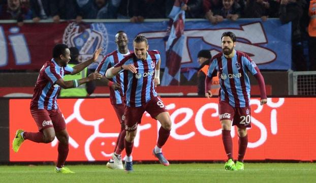 Trabzonspor, Galatasarayı iki golle geçti