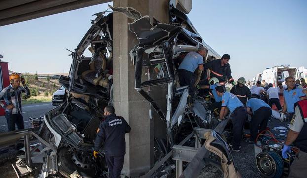 Ankarada yolcu otobüsü köprüye çarptı: 5 ölü