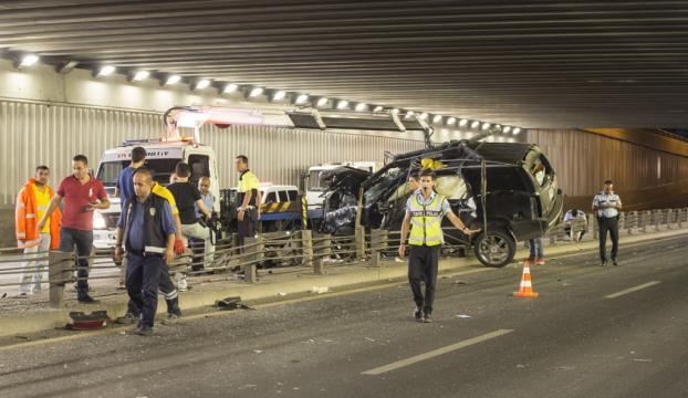 Ankarada otomobil bariyerlere çarptı