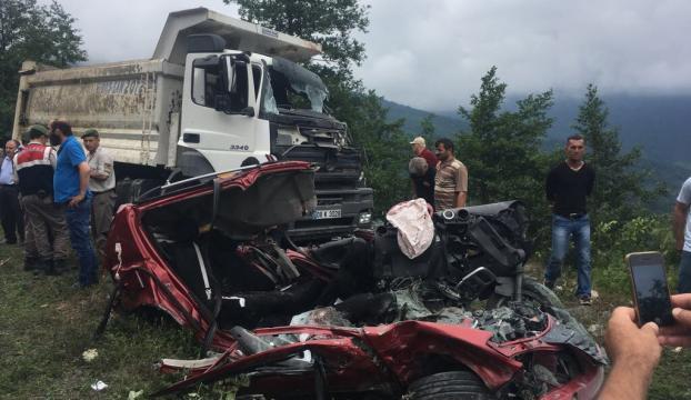 Artvinde otomobil ile kamyon çarpıştı: 3 ölü, 3 yaralı