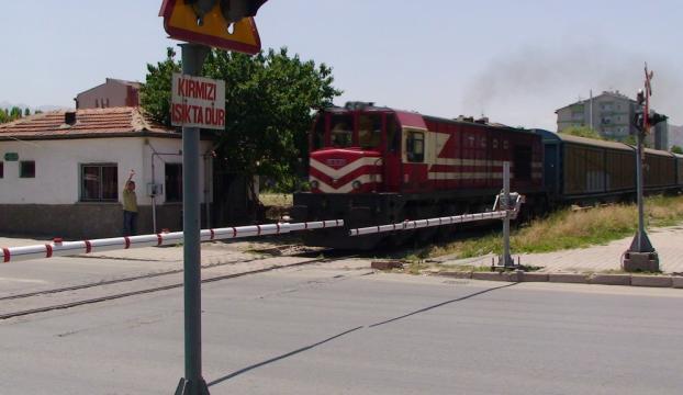 Tren ve araba çarpıştı: 1 ölü, 3 yaralı