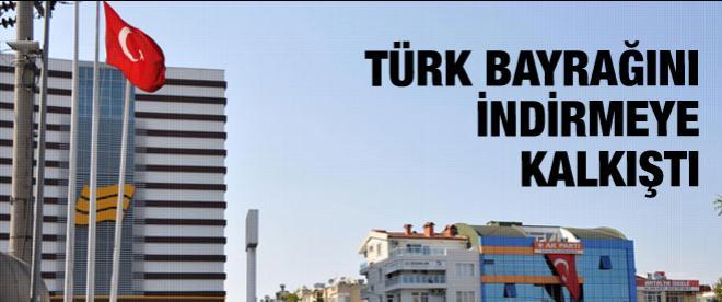 Türk bayrağını indirmeye kalkıştı