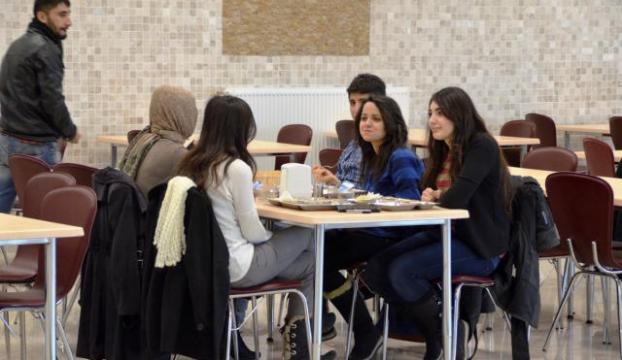 Üniversite öğrencileri yemekten zehirlendi