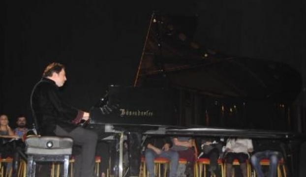 Ünlü piyanist için imza kuyruğu