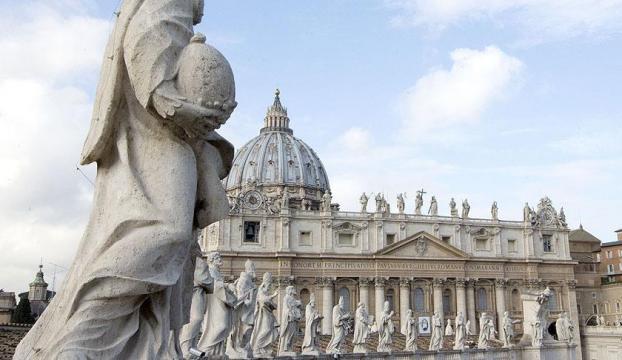 Papanın kurduğu komisyonda istifa şoku