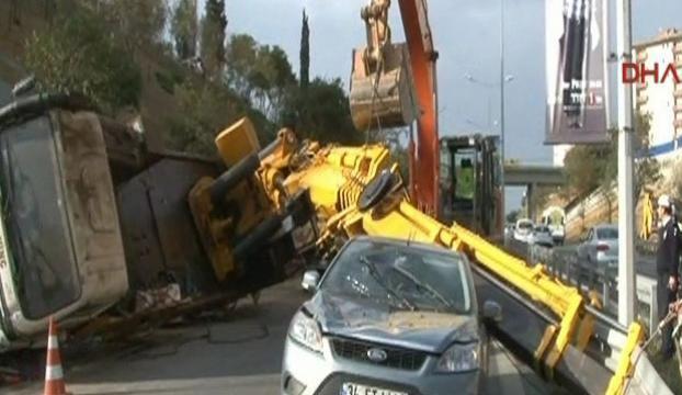 Beşiktaşta vinç kazası yolu tıkadı