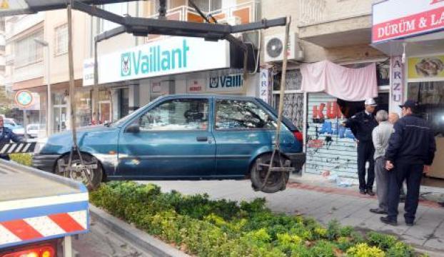 Yanlış vitese takan sürücü kuaföre daldı