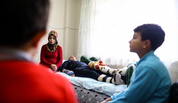 İki çocuğu ve felçli eşine bakan kadın yardım bekliyor