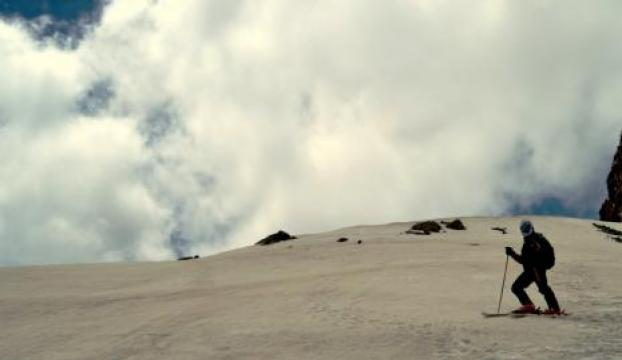 Yaz ortasında kar ve kayak keyfi