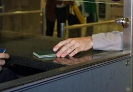 Kamu görevlilerinin yurt dışına çıkışlarında belge zorunluluğu kaldırıldı