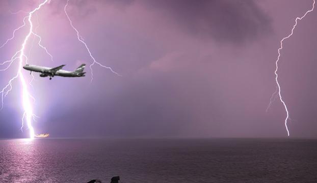Havada şok! İzmir-Adana seferini yapan yolcu uçağına yıldırım isabet etti