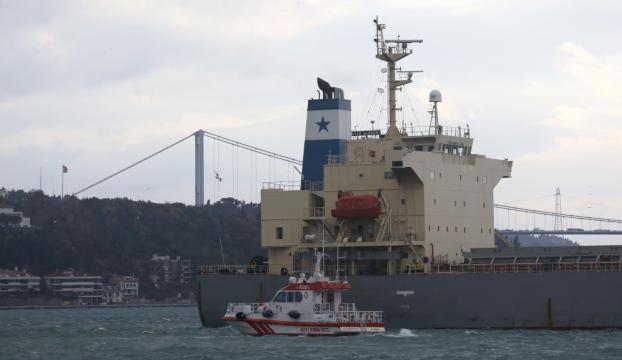 Yeniköyde yük gemisi karaya oturdu